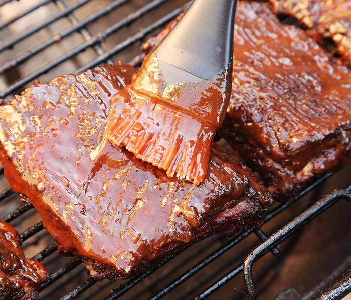 Quét thêm gia vị, dầu ăn để món thịt đà điểu nướng không bị khô